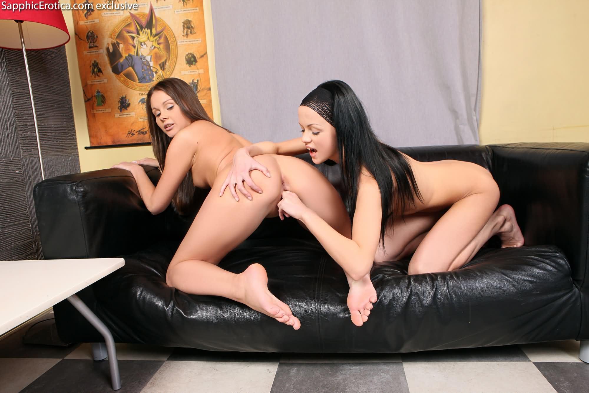 15 dos lesbianas morenas follando rico en el sofa
